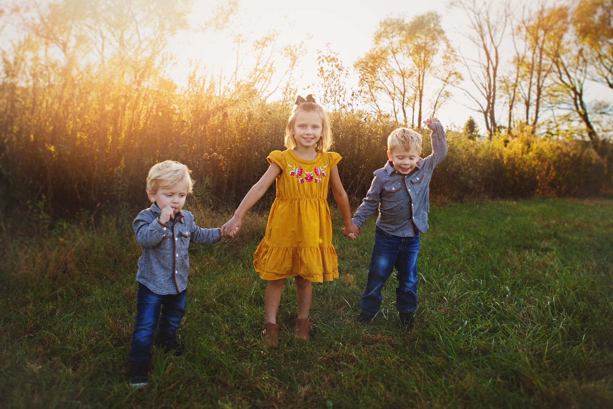 Kids photo in an outdoor family session